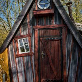 Windschief und mit kleinem Schornstein warten Baumhäuser