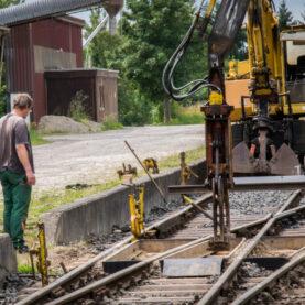 Der vereinseigene Schienenbagger im Einsatz